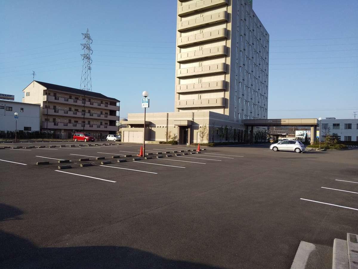 平面駐車場、無料です。大型車12mまで承ります。
