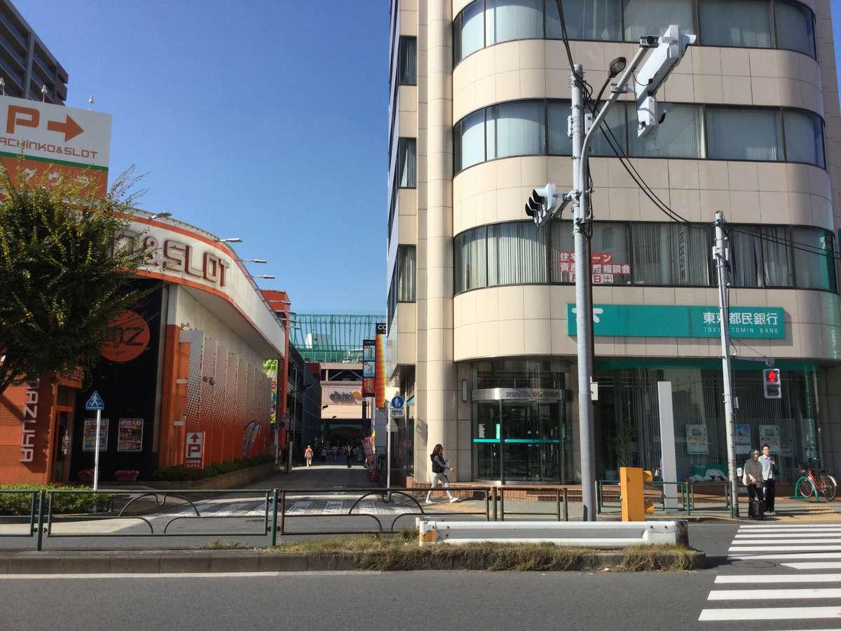 交差点から右手に都民銀行とパチンコ店が見えます。