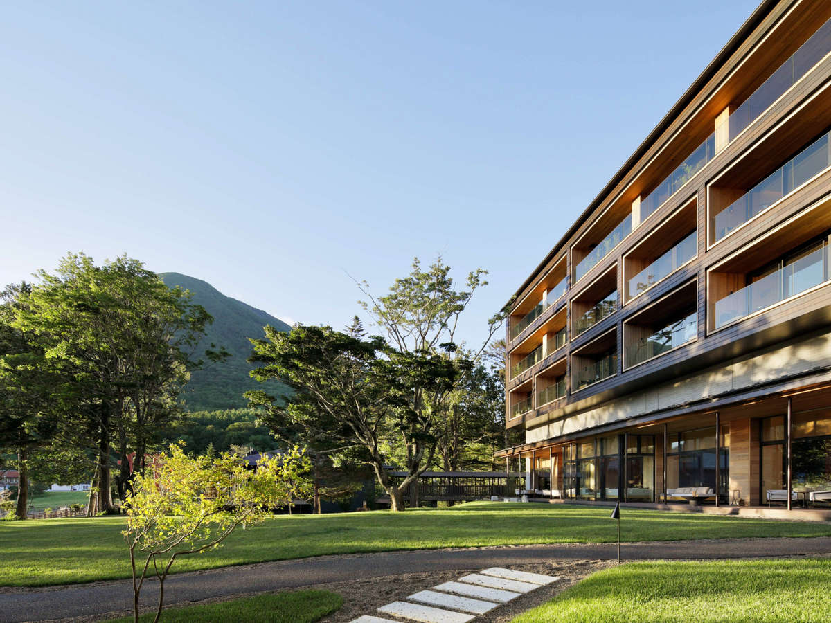 庭園から見える男体山とホテルの外観