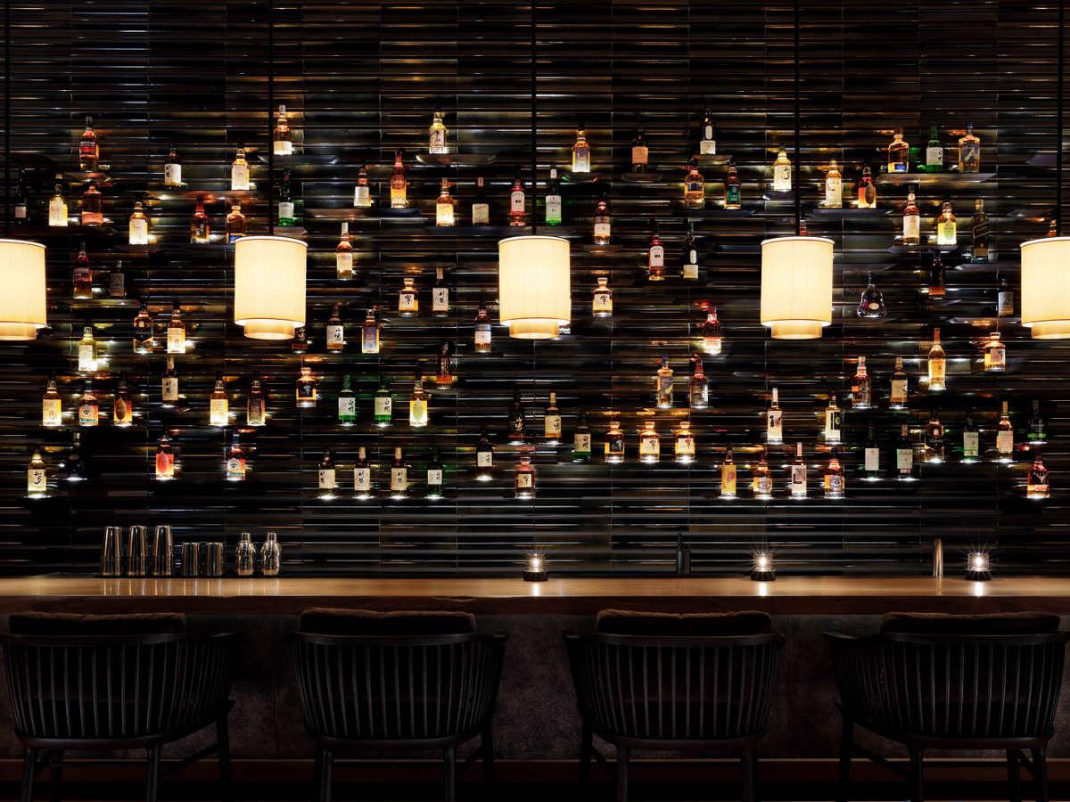 ウィスキーボトルがアートのように並ぶザ・バー