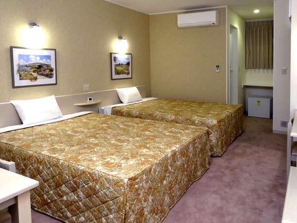 全室、バストイレを含め25㎡のスペースに、幅1.5m超のベッド2台