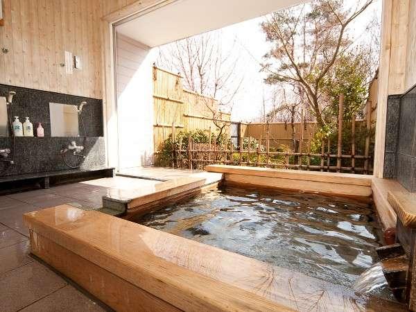 ヒバの貸切露天風呂。温泉に浸かってのんびりリラックス…時間制限もなく貸切できます