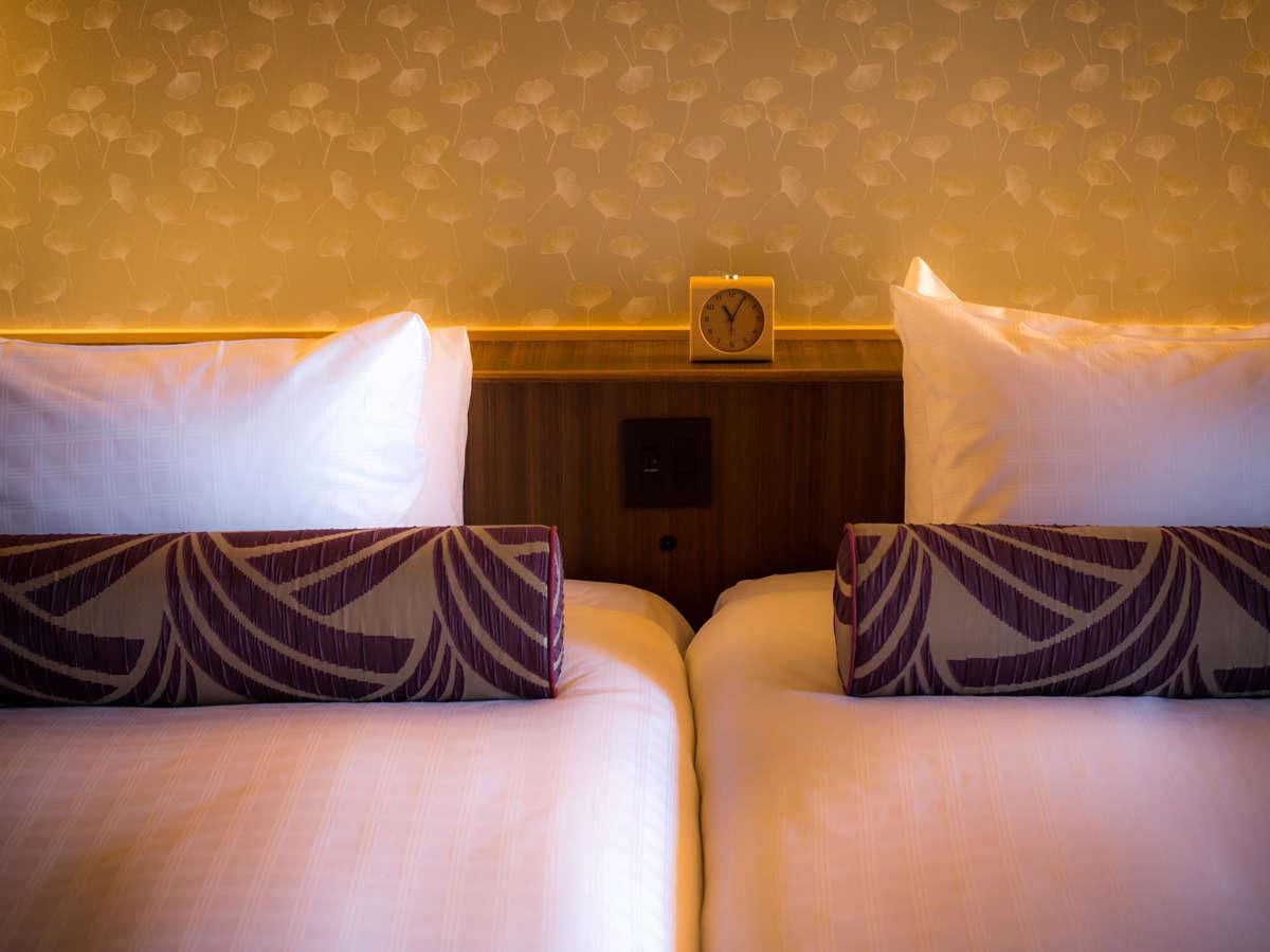 白木の家具をアクセントにアースカラーで統一した客室。掘り炬燵付・テラス付・露天風呂付など全17タイプ