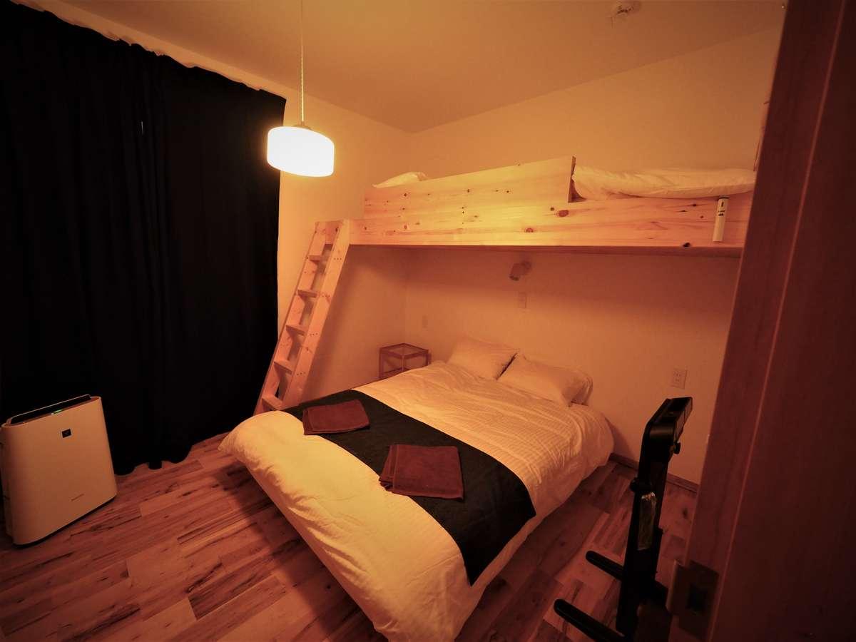 個室140㎝WベッドとシングルLOFTの3名部屋
