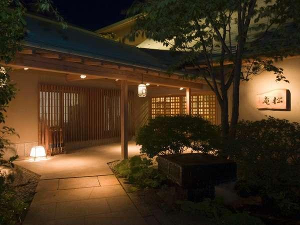 幻想的な夜の松庵の外観