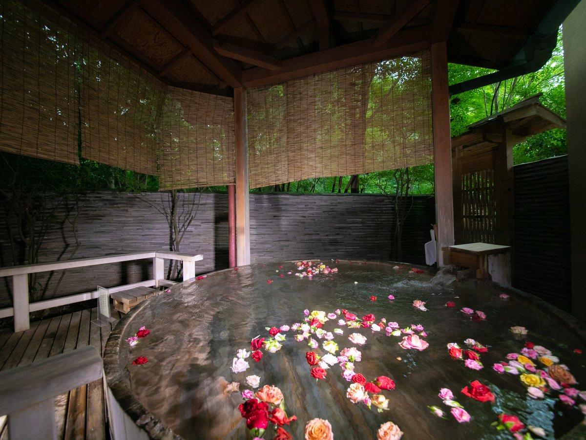女性露天風呂には午後からバラを浮かべて至福のひとときを