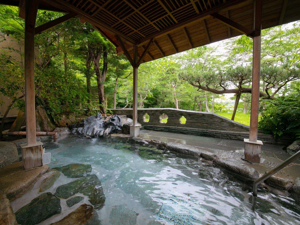 男性露天風呂は岩風呂の開放感あふれる造りです。