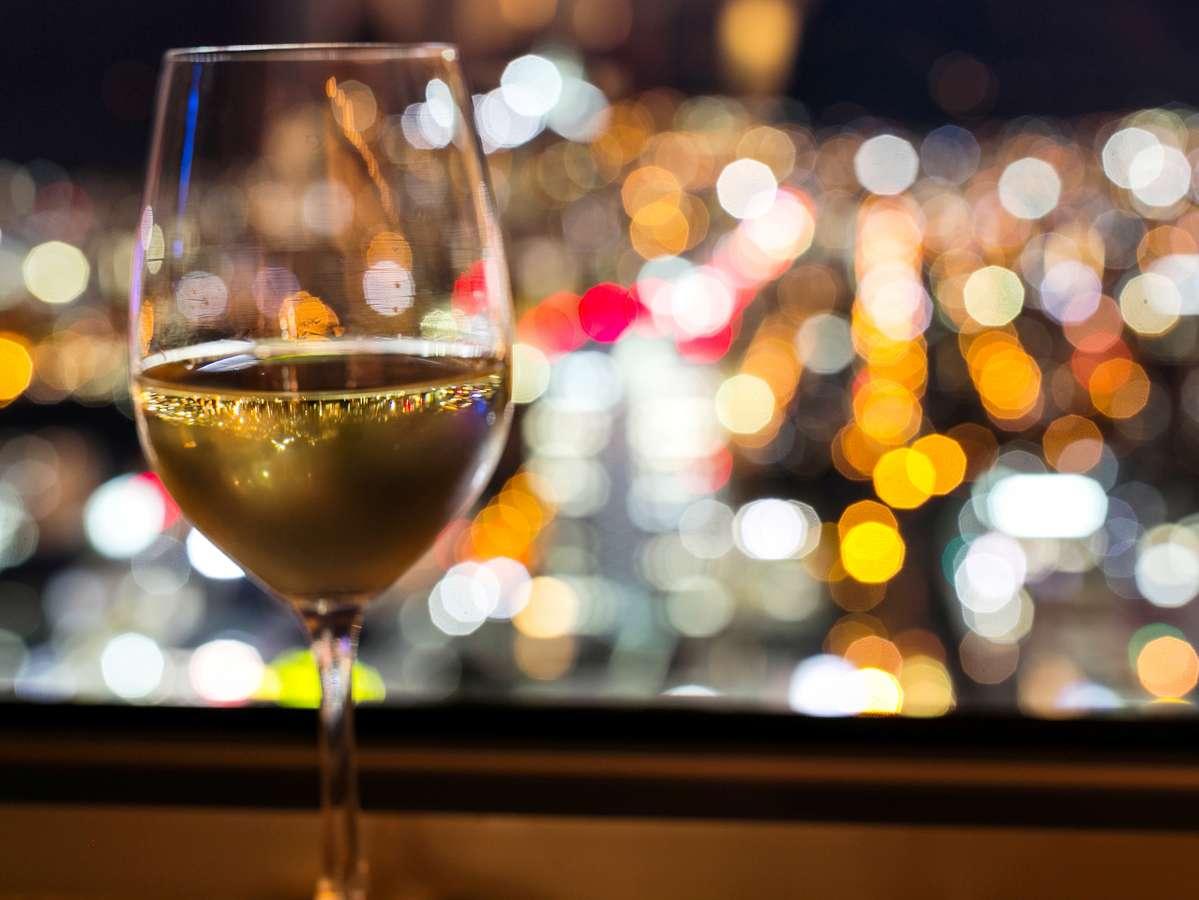 夜景を眺めながらの贅沢なひととき。上質なホテルステイをお楽しみください。※イメージ