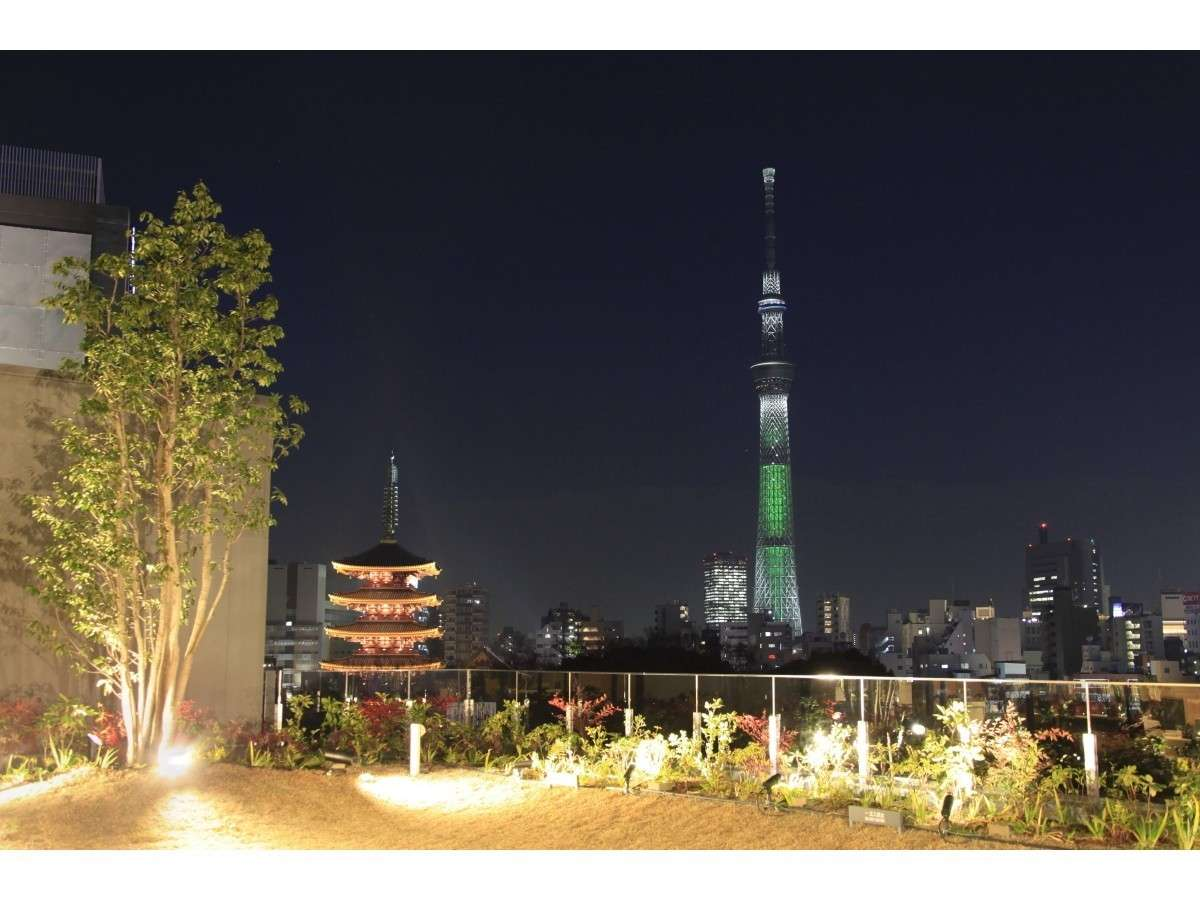 東京スカイツリー(R)と浅草寺を一望※5階中庭より
