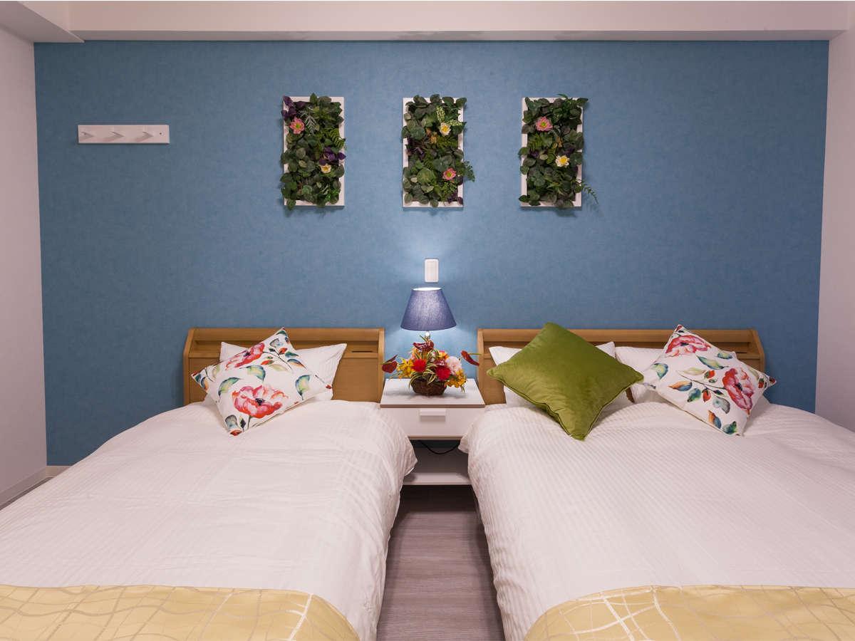 【フローラルラージツイン26㎡】ダブル1台と、シングル1台のフランスベッドを導入(定員3名)。