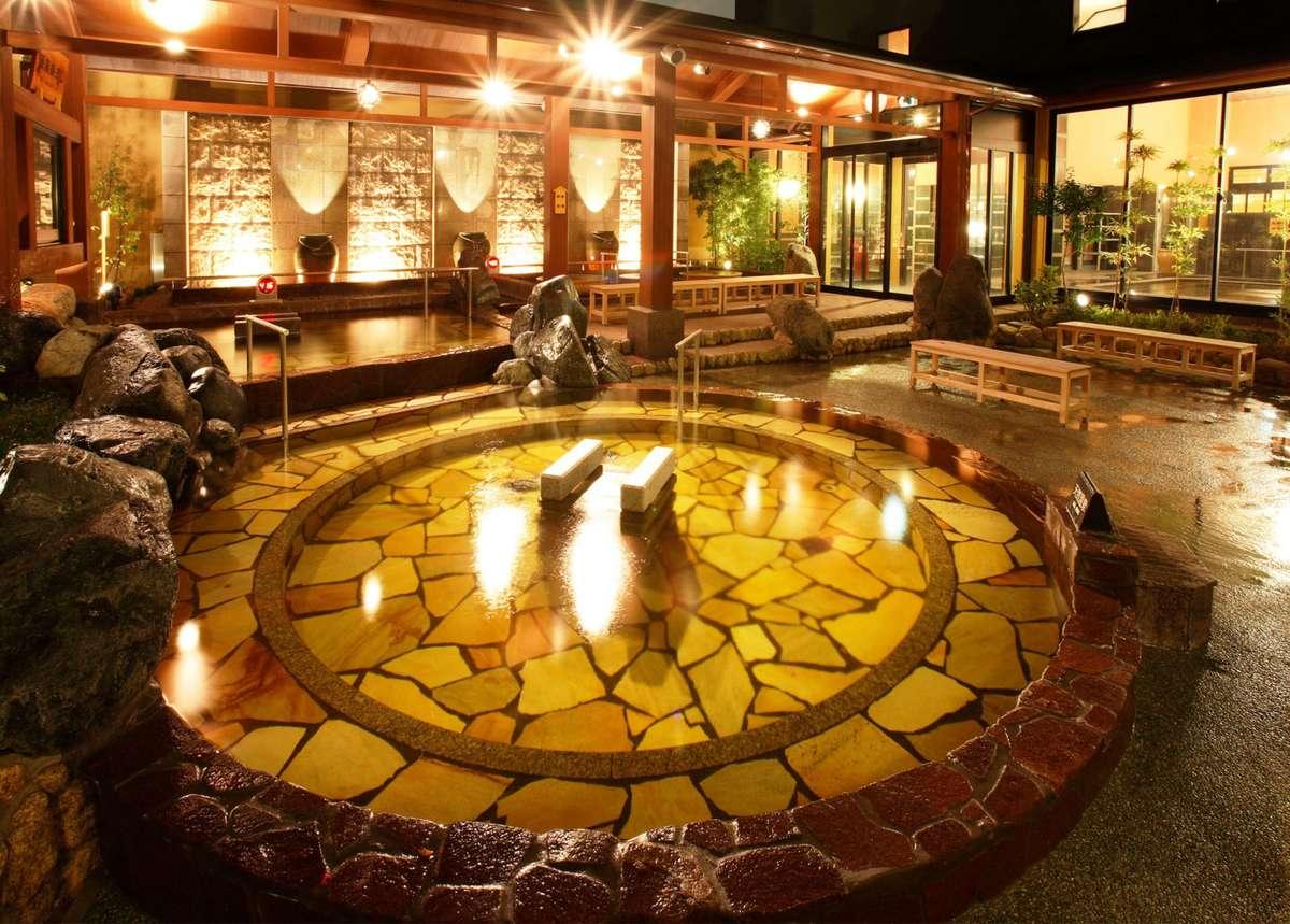 堺浜海岸や夕日が一望できる露天風呂は源泉かけ流しの湯!大小18種類のお風呂がお楽しみいただけます。