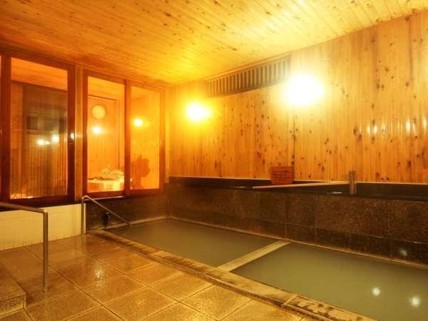檜が香る天然温泉100%の内湯。スキーや観光で疲れた体に、染み渡ります。