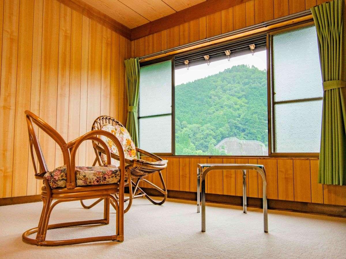 客室/大きな窓から、のどかな山里を望めます!