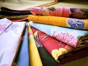 女性には数十種類の中からお好きな色浴衣を選べるサービス付き