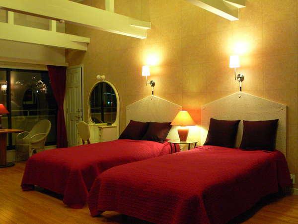 ゴージャスなお部屋のメインベッドはセミダブルサイズ、お一人様ずつゆったりとお休みいただけます。