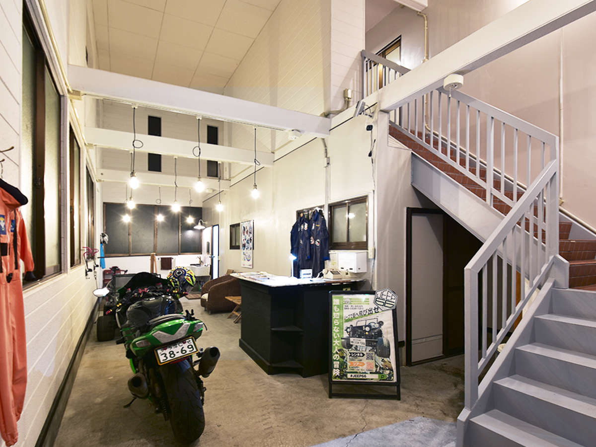 バイクや自転車を無料で館内に駐輪できるエントランスホール。