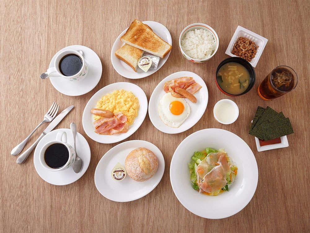 【朝食】1階レストラン サイドメニュー5種+メインメニュー4種+ドリンクバーを組み合わせたプレート。