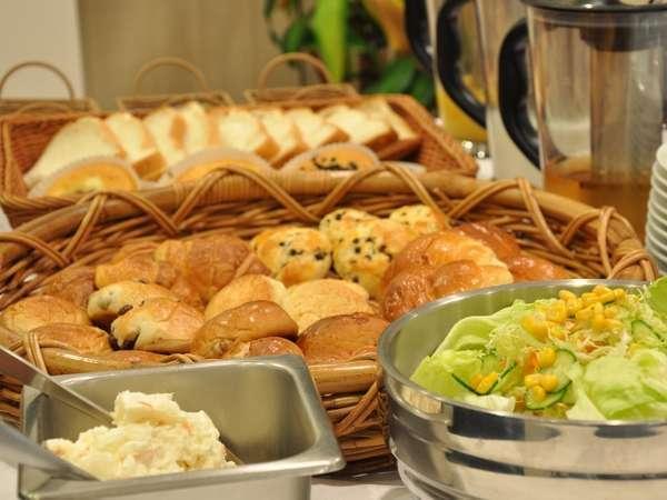 朝食はパン数種類、サラダ、スープ、ドリンクの軽食となります。
