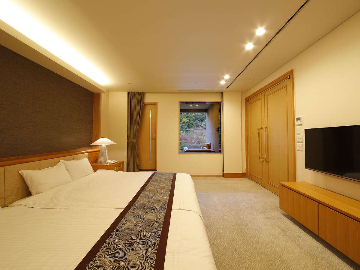 「天空の露天風呂」付きロイヤルスイート ベッドルーム 48型TVを備え付けております