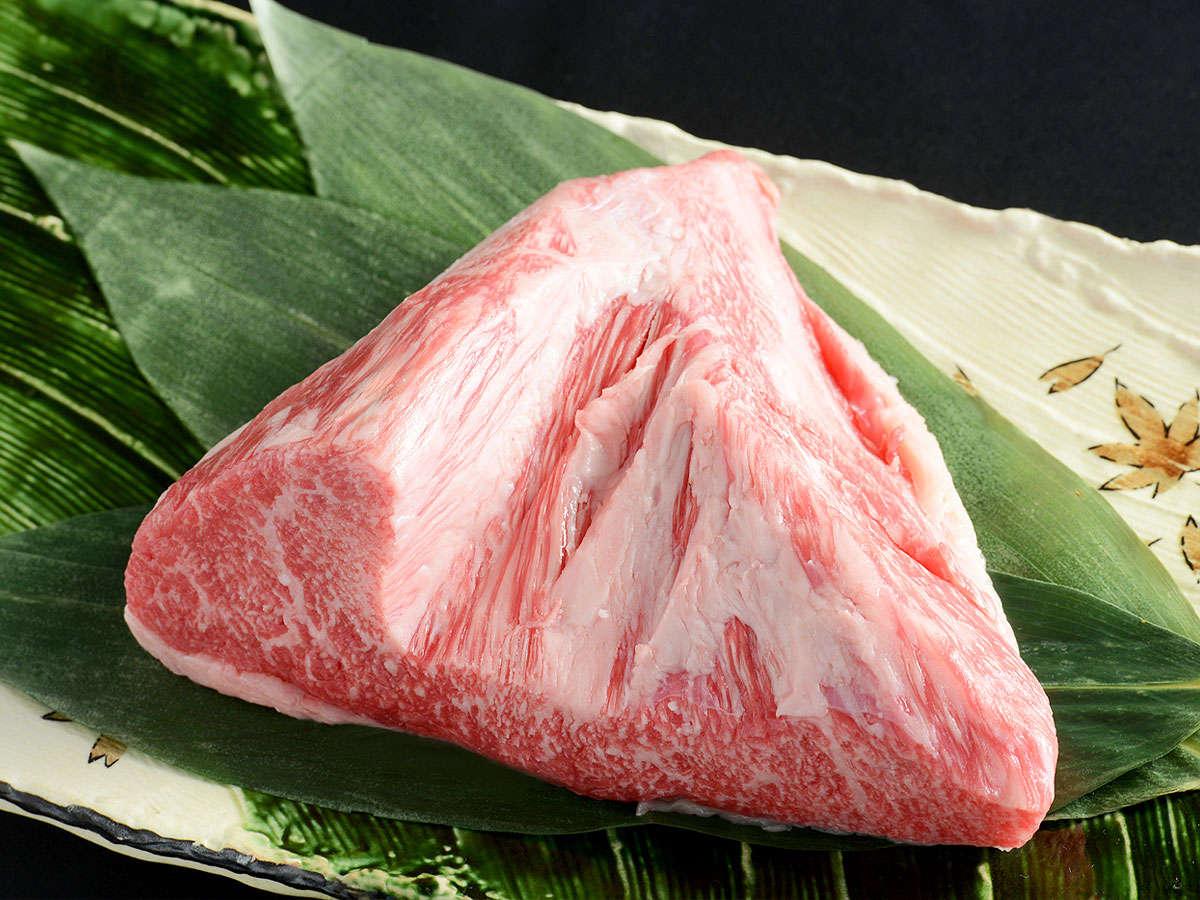 とも三角とは▼もも肉の中でも一番の霜降り肉。肉質は柔らかく、上質な旨味とコクをお楽しみ頂けます。