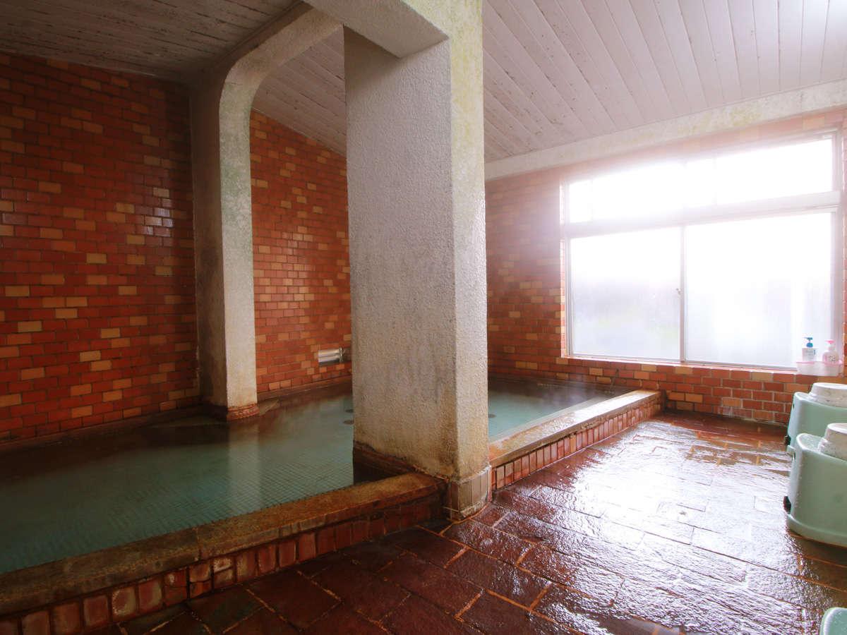 【大浴場】お湯は、源泉掛け流しの良質な単純硫黄です。
