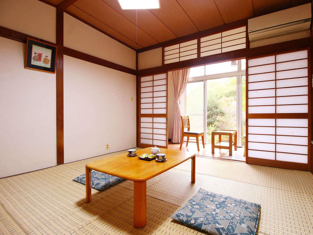 【8畳和室】日差しがたっぷり降り注ぐ、落ち着いた雰囲気の和室です。
