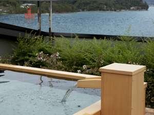 露天のお風呂は、海風を肌に感じる解放的なお風呂。世界遺産「厳島神社」の大鳥居もご覧いただけます。