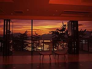 大きな窓をひらくと、そこは海。蔵宿の2階、海に面した広々とした空間は、リラクゼーションスペースです。
