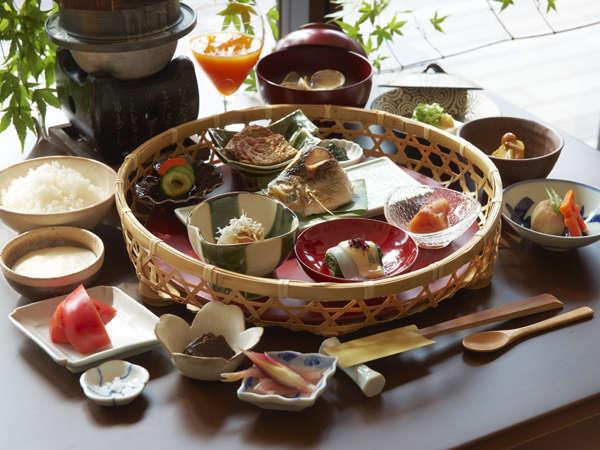 お釜で炊いたアツアツのご飯、手作りのお豆腐、厚焼き玉子、旬の野菜をつかった「ご朝食」