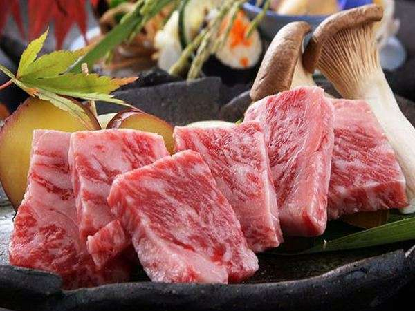 夕食は、熊本県産和牛に旬菜、自家製米など素材重視の会席料理。