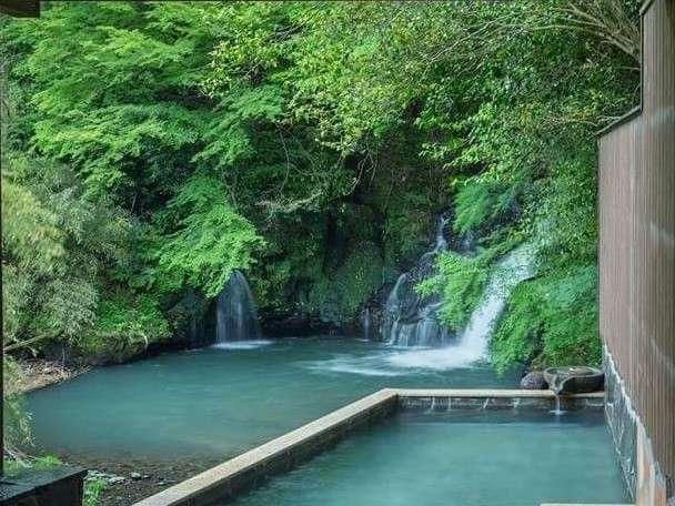 豪快な滝を目前に望む、名物露天「滝見の湯」