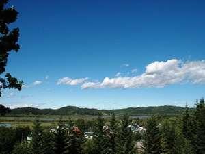 夏の釧路湿原をテラスから見る。