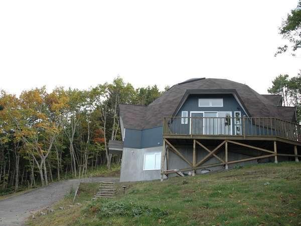 湿原を望む小さな山にあるドーム型の宿