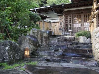 桜田温泉の玄関は池と緑溢れ、鳥の歌声でお迎えしております。