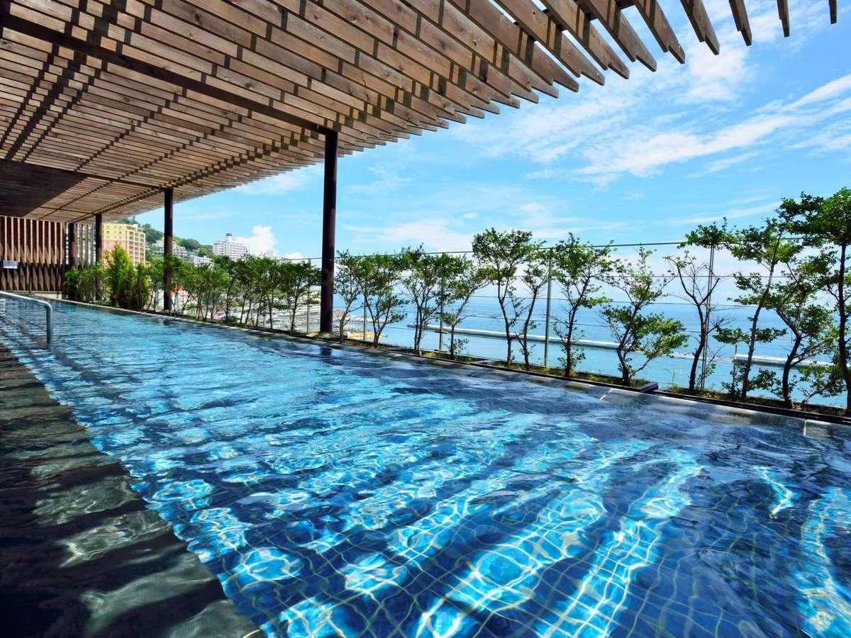 海を眺める、絶景の温泉露天風呂。美肌効果の高い自慢の温泉です。(女性用)
