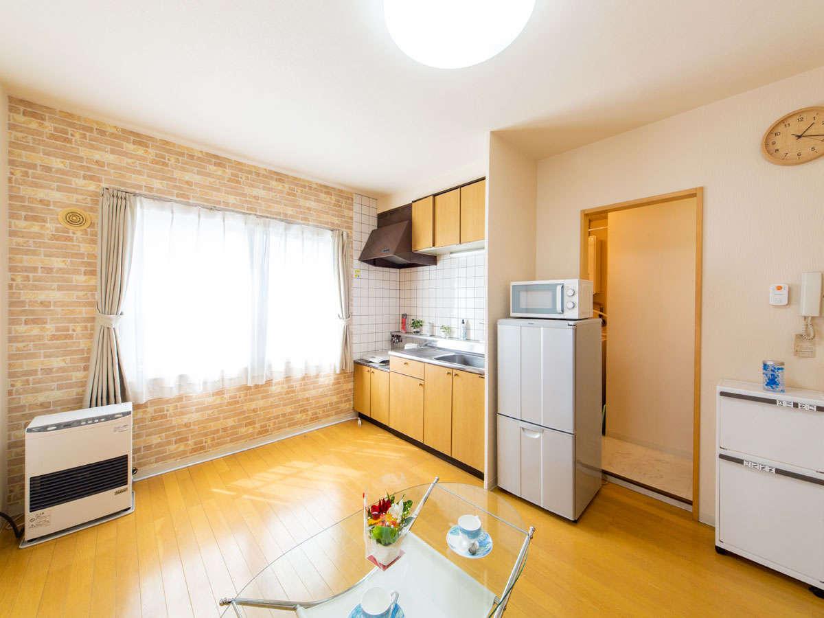 【客室】長期滞在に嬉しいキッチン付き!食器や電子レンジも