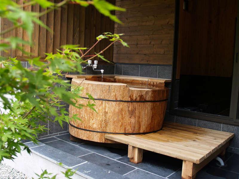 2014年にリニューアルした露天の栂(つが)の丸太風呂です。