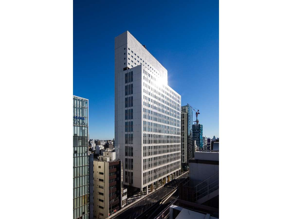 青空の映えるビルの高層階に位置したホテルです。