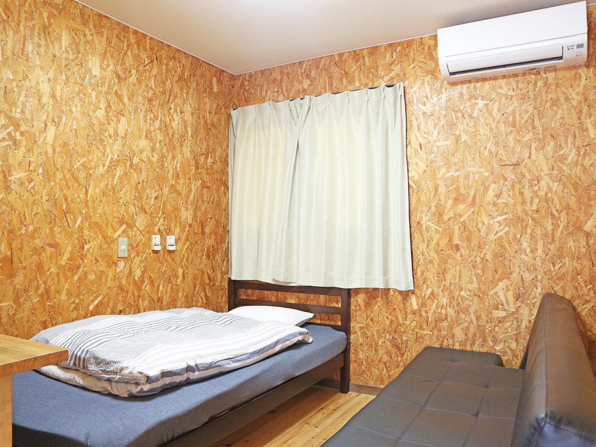 *【洋風コテージ】ソファベッドのお部屋です。1名利用時はもう1台をソファーとしてご利用いただけます♪