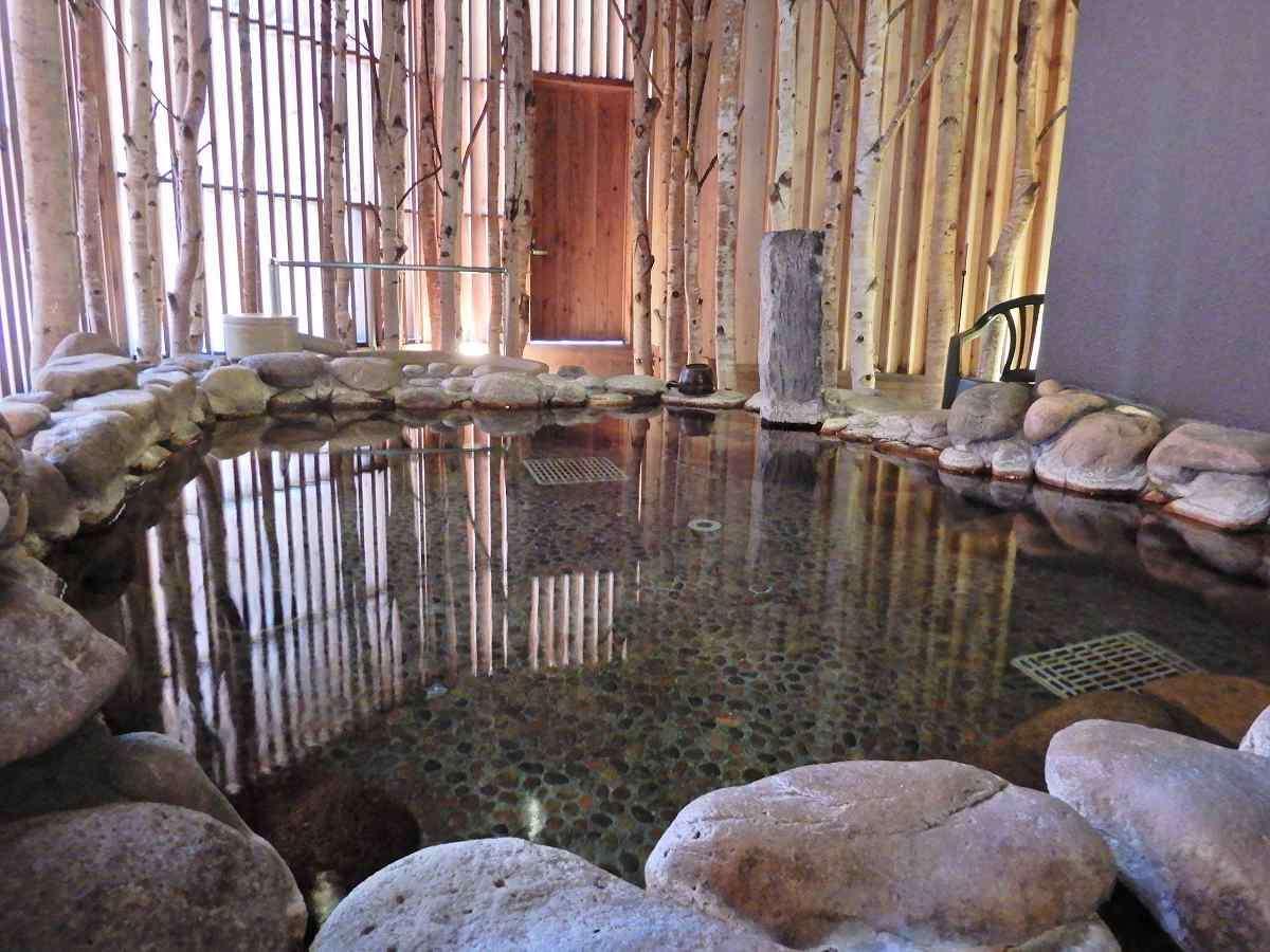 天然温泉「灯の湯」女性大浴場「外気浴 岩風呂」①
