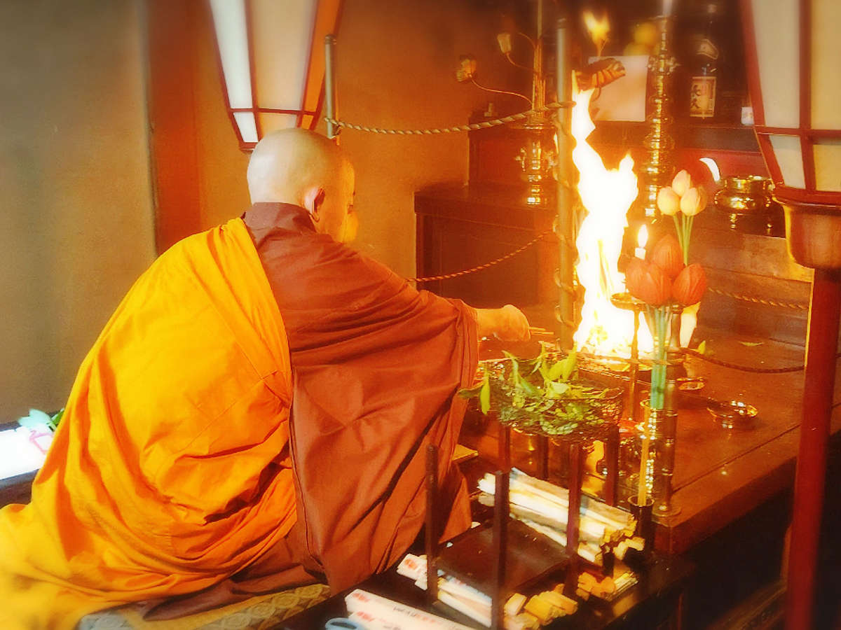 *護摩祈祷 ~毎月28日はお不動さんの日で護摩祈祷を行っており、一般見学もできます~