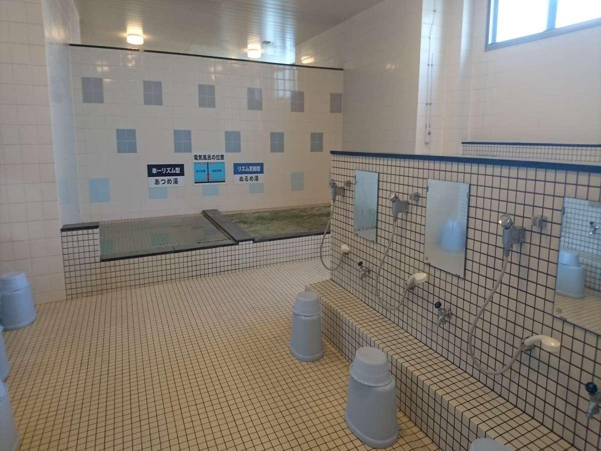 あつめの湯とぬるめの湯があり電極板も備え付けてあります。ぬるめの湯にはジェットバスもあります。