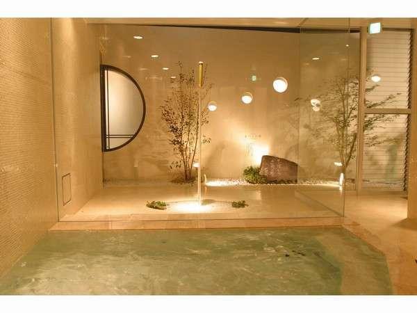 モダンなラジウム温泉大浴場