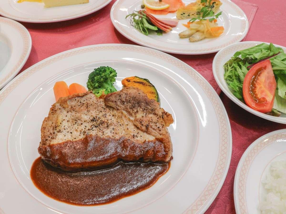 *夕食一例/ローストポークの赤ワインソース。一品一品にこだわったオーナー自慢のコース料理