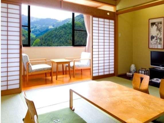 ■四季折々の景色を存分に眺められる見晴らし抜群の和室8畳(禁煙)+バス・トイレ付き