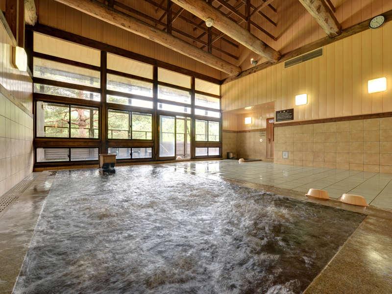 *大浴場/黒姫山中腹から湧き出る温泉は茶褐色の湯。お肌がスベスベになると評判の天然温泉です。