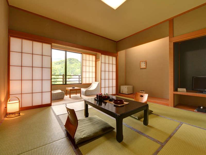 *和室8畳+広縁/ご夫婦やカップルにおすすめ。自然の風景が臨める明るい和室。