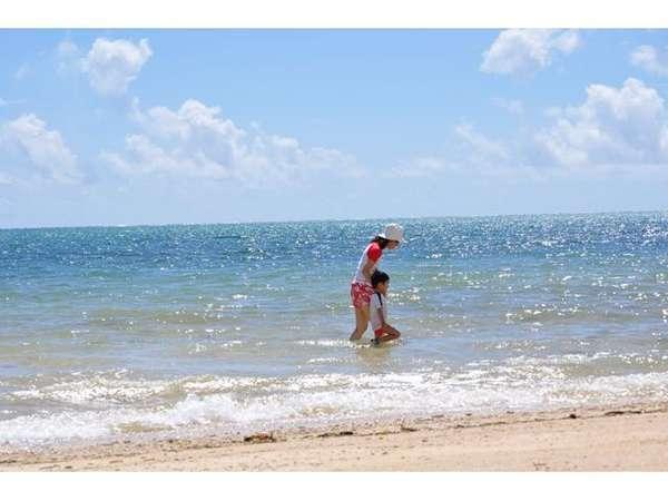 コバルトブルーの海が光り輝いています・・。ナータ浜の美しさに、心癒されます。