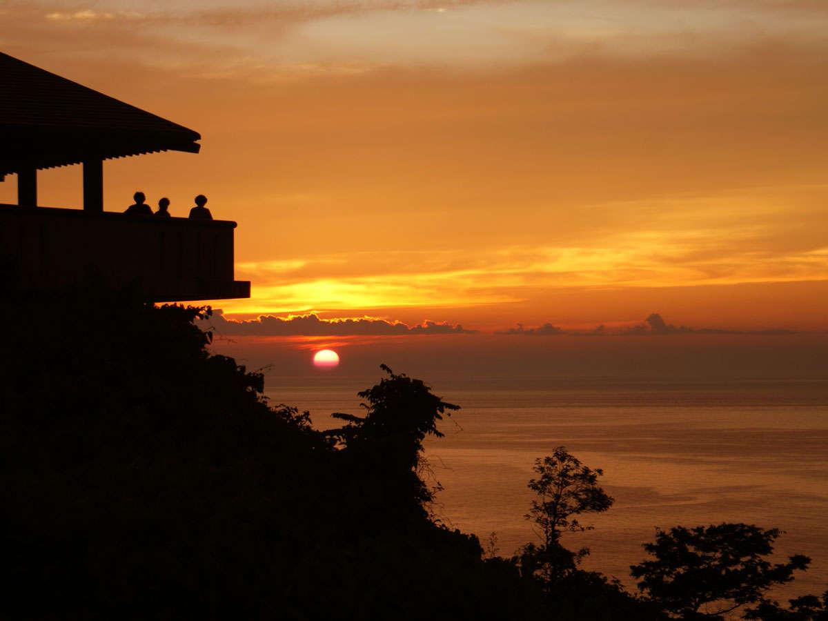 思わず息をのむ日本海に沈む美しい夕日。(展望台からの眺め)