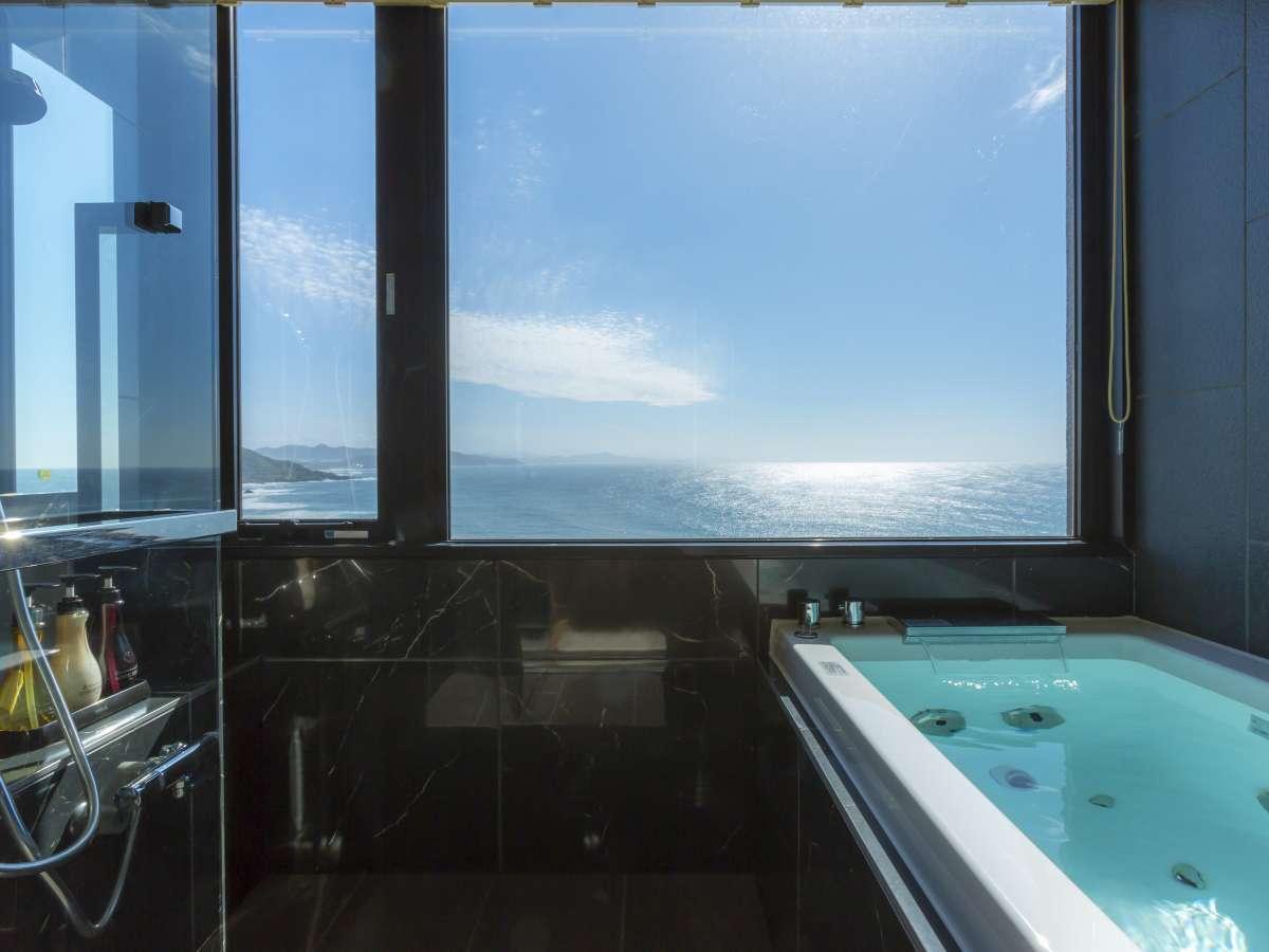 【302・天海】2019年4月にリニューアルの新展望風呂(客室風呂)でゆったりと日本海を望む。